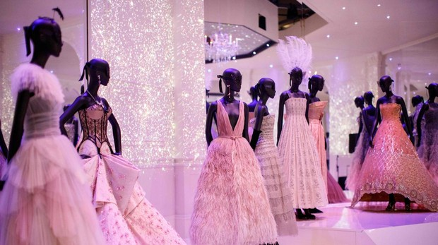 Algunos vestidos de la exhibición «Dior: Diseñador de Sueños»