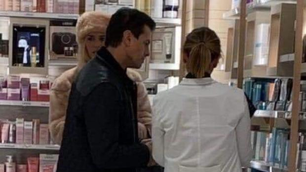 Enrique Peña Nieto y la modelo Tania Ruiz Eichelmann en una farmacia de Madrid