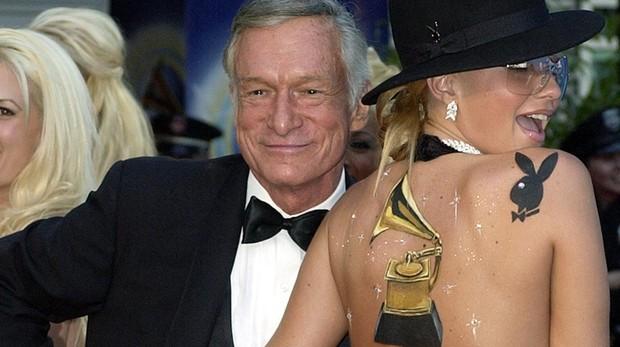 Hugh Hefner y Zoe Gregory en una imagen de 2002 Gtres