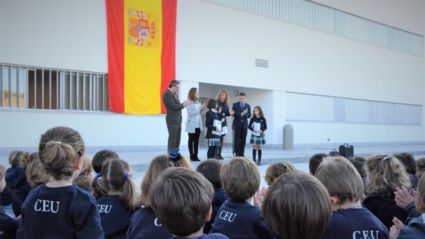 Los más de 900 alumnos del colegio Sevilla han participado en un acto en el centro