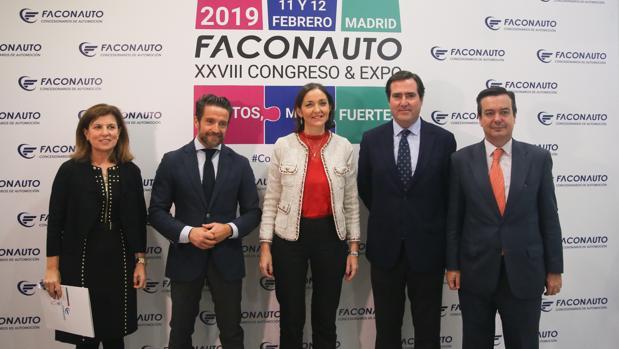El presidente de Faconauto, Gerardo Pérez Giménez (2i); la ministra de Industria, Comercio y Turismo, Reyes Maroto (3i); y el el presidente de la CEOE, Antonio Garamendi, durante la inauguración del XXVIII Congreso & Expo de Faconauto