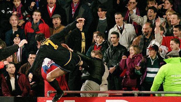Eric Cantona, autor de la patada más célebre del fútbol, protagonizó en 2009 «Looking for Eric», de Ken Loach
