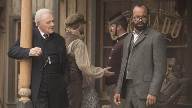 Anthony Hopkins, junto a Jeffrey Wright en «Westworld»