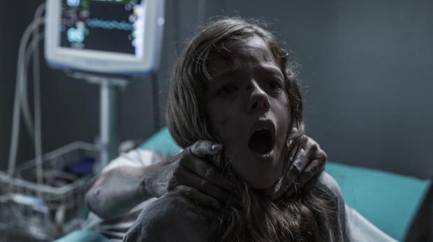 Claudia Placer, la niña protagonista, en una secuencia de «La influencia»