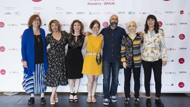 Silvia Perez de Pablos, (izquierda), directora Institucional de Audiovisuales de la Fundación SGAE, con Geraldine Gonard (tercera), directora del certamen, la creadora Carla Guimarães (de amarillo) y otros participantes