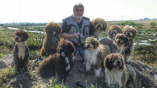 El criador Antonio Tinoco «Marismeño», con cuatro de sus ejemplares