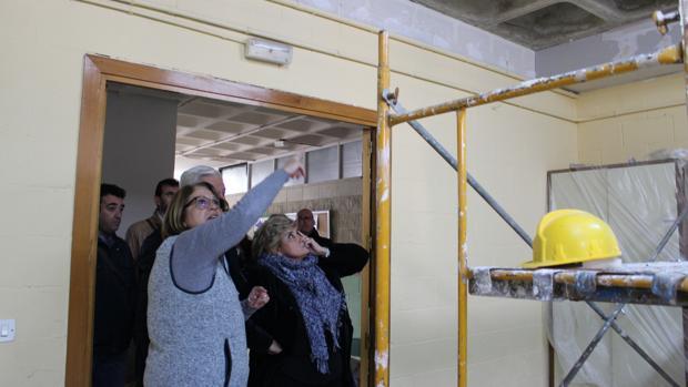 La delgada territorial de Educación, a la derecha, atendiendo a las explicaciones del trabajo realizado en el aula accidentada