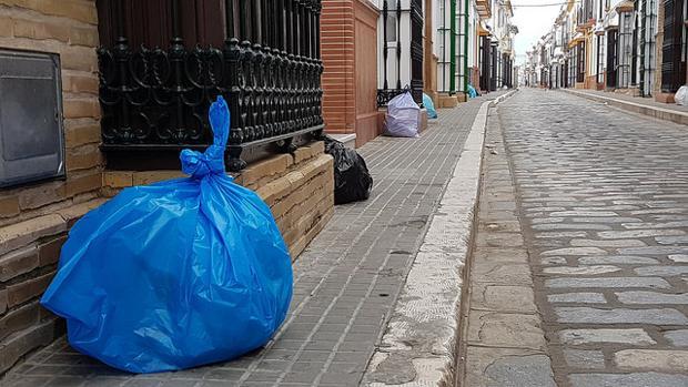 Bolsas de basura ante la fachada de las viviendas