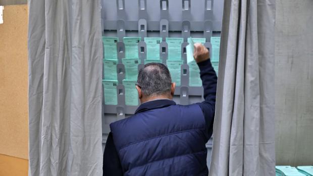 El PSOE y el PP han perdido un tercio de sus votos en los municipios más poblados de la provincia