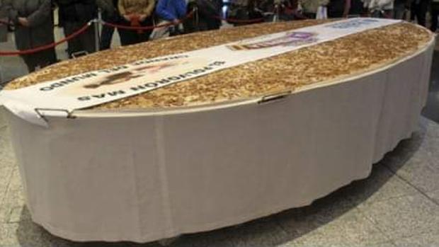 El polvorón gigantesco que ha elaborado Dulces la Murulla para la localidad extremeña de Miajadas