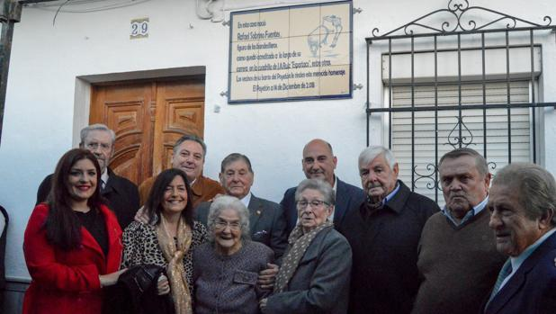 Rafael Sobrino posa, acompañado por varios vecinos, junto al azulejo descubierto en su honor