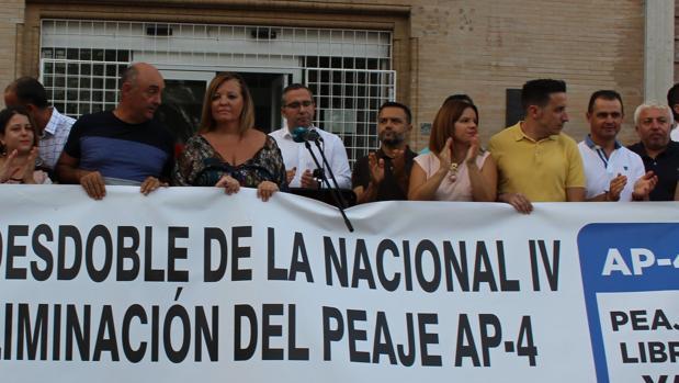 El alcalde palaciego, Juan Manuel Valle, leyendo un manifiesto durante una protesta por el desdoble