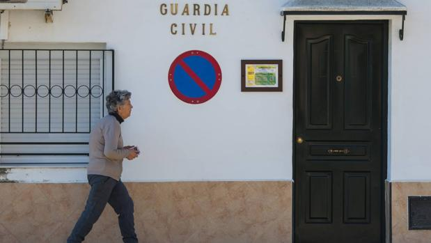 Entrada al cuartel de la Guardia Civil donde estaban destinados los cuatro agentes condenados