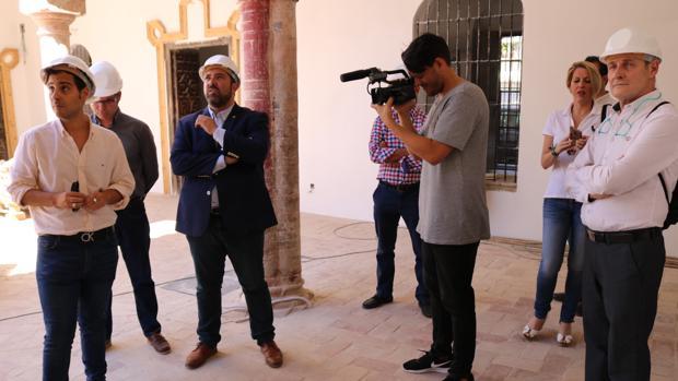 El alcalde loreño y sus concejales de Urbanismo y Patrimonio visitaron el histórico inmueble de Lora del Río