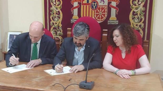 Tristán Pertíñez y Modesto González (centro) durante la firma del convenio