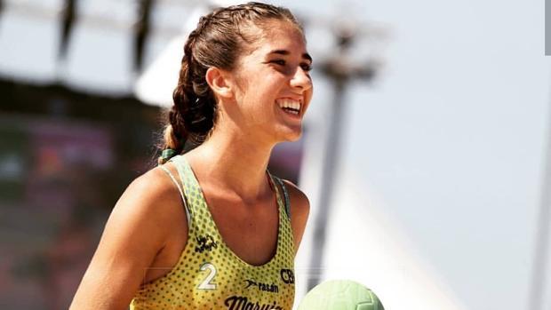 La utrerana Alba Toro trata de buscar un hueco en la selección nacional de balonmano playa