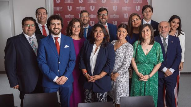 Los catorce concejales del PSOE que conforman el nuevo gobierno municipal de Utrera
