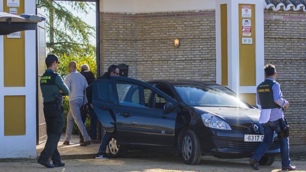 Agentes de la Guardia Civil realizan una inspección en el chalé horas después del asalto