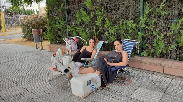 Laura y Saray son las dos primeras de un grupo que hacen cola para asistir al concierto de Bisbal en Mairena este viernes