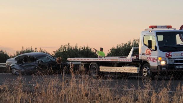 Una grúa retira uno de los vehículos accidentados en la A-92