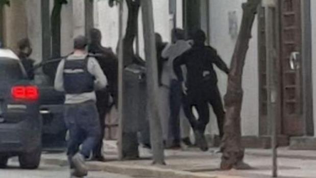 Atropellan a un policía nacional en Écija durante una intervención con dos detenidos