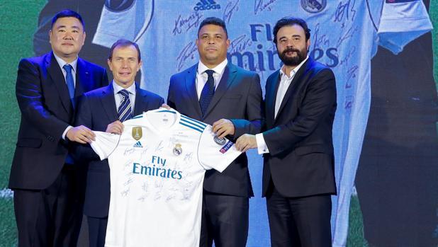Paco Wu, Butragueño, Ronaldo y José Ángel Sánchez llevaron a Pekín una camiseta firmada por el equipo