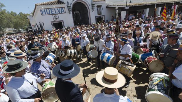 Tamborileros en El Real de la aldea del Rocío