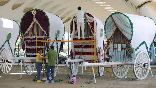Preparación de las carretas de la hermandad de la Macarena debajo del puente el lunes 3 de junio