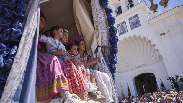 Los peregrinos sonríen a su paso por la puerta mayor del Santuario