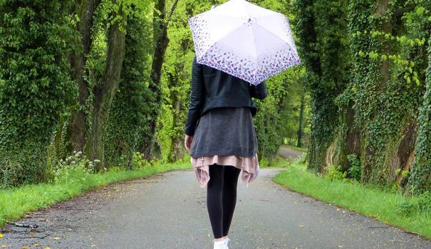 Una mujer pase por el campo