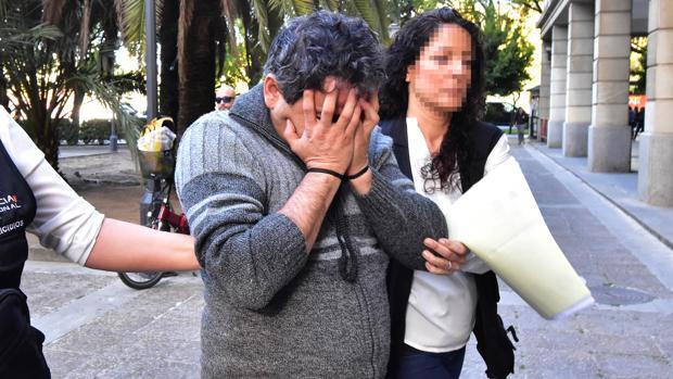 El acusado entrando en los juzgados de Sevilla, en una imagen de archivo