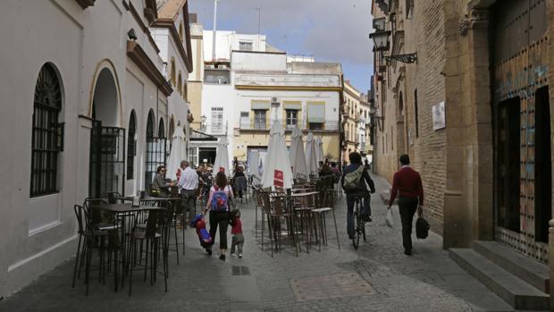 Veladores de la plaza Calderón de la Barca, junto al mercado de abastos de la calle Feria