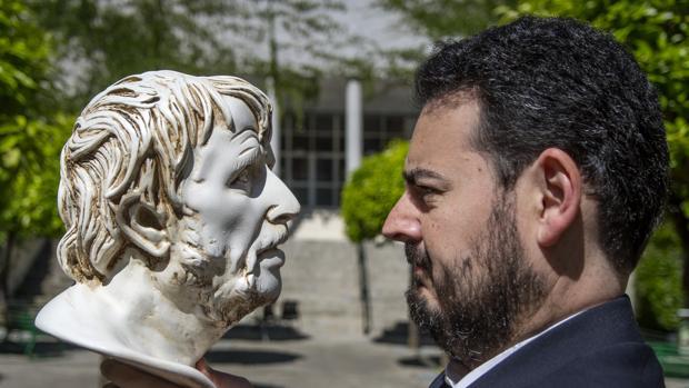 José Barrientos, doctor en Filosofía y premio nacional de Filosofía en México, Italia y Portugal, frente a un busto del filósofo y político cordobés Séneca