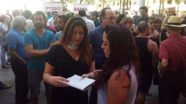 La portavoz de Participa Sevilla este jueves en la Plaza Nueva con un collarín