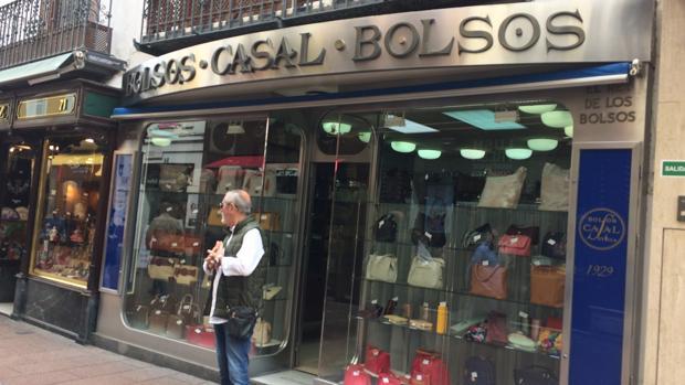 Bolsos Casal, en la calle Sierpes