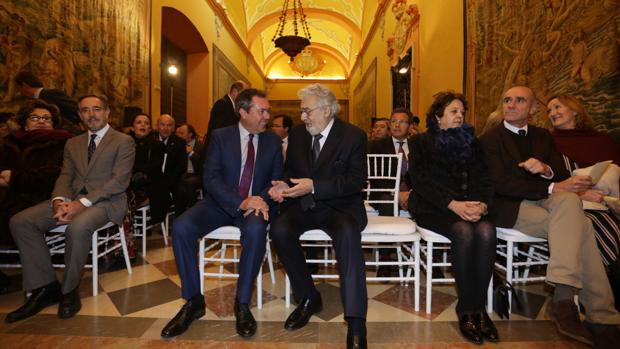 Juan Espadas junto a Plácido Domingo en el salón de los tapices del Real Alcázar