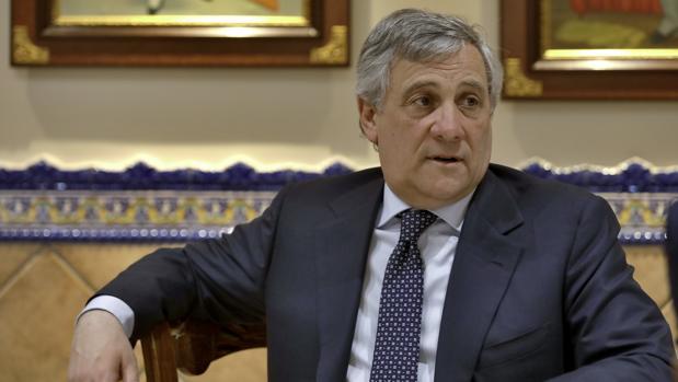 Tajani, durante la entrevista de este lunes en un restaurante de Sevilla