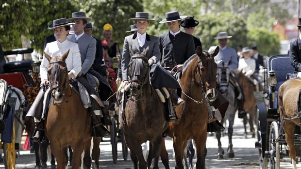 Grupo de caballistas en una jornada festiva en la que el real estaba a rebosar