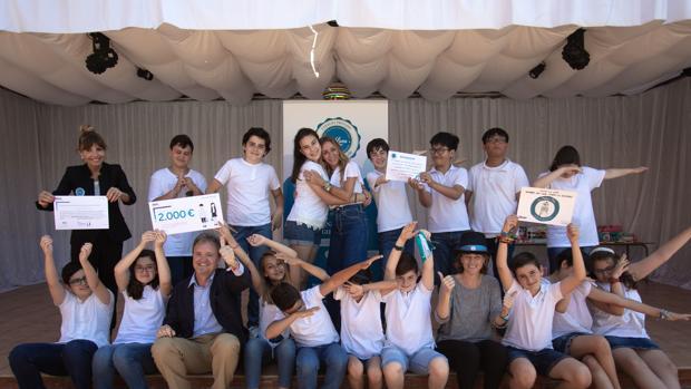 Los alumnos del Colegio La Luna con representantes de BBVA, el centro y la Fundación El Gancho