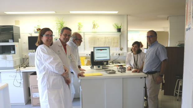 De izquierda a derecha, Margarita Jiménez Jambrina, José Antonio Pérez Simón, José María Blas Orlando y Reyes Jiménez Bárcenas, personal del servicio de Hematología, junto a Efrén Ramos Calero, de Distrito Sevilla