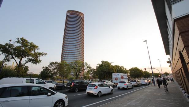 Tráfico en el entorno del rascacielos a pocos minutos de la apertura