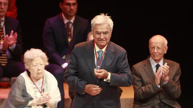 El abogado Francisco Baena Bocanegra, al recibir la Medalla de Sevilla
