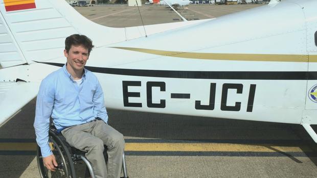 José Luis de Augusto junto al avión que ahora pilota