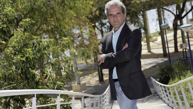 Ricardo Librero posa en el Jardín Americano, proyectado por él
