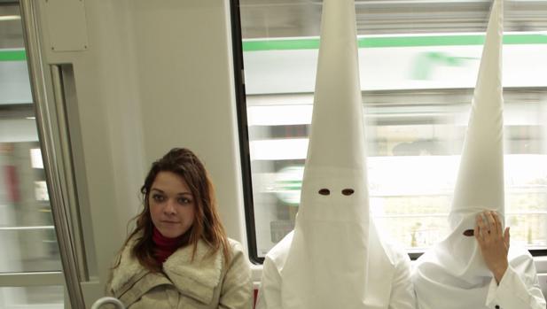 Nazarenos en el Metro de Sevilla