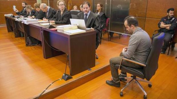 Daniel Montaño, el primer sevillano condenado a esta pena, tiró a una bebé de 17 meses por un balcón