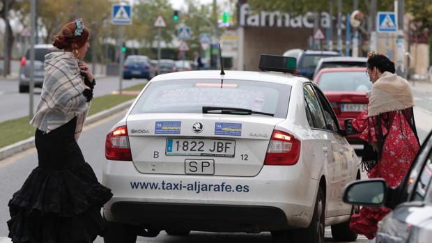 Unas usuarias del taxi en la Feria de Sevilla