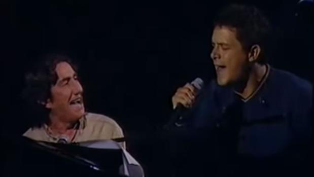 El compositor y cantante Arturo Pareja Obregón junto a Alejandro Sanz cantando «Sevilla» en TVE