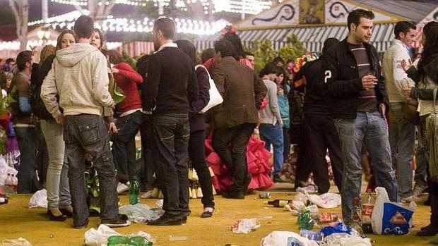 Jóvenes bebiendo en el Real de la Feria de Abril de Sevilla
