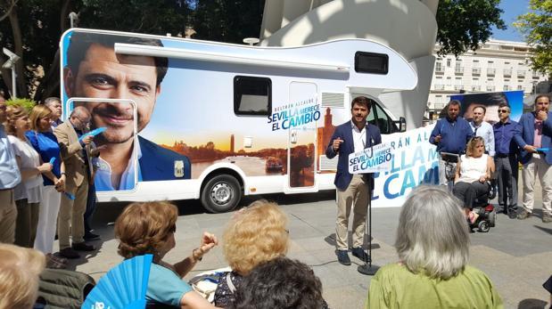 El candidato del PP junto a su caravana de campaña